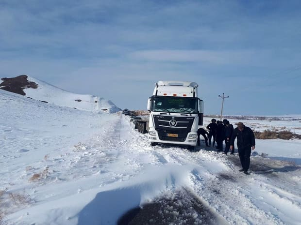 برف راه ارتباطی ۴۰ روستا در بستانآباد را بست